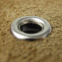プロ用の手打ち工具で打つことで裏面もきれいに丸いリングができています