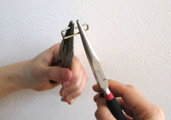 小カンをペンチで開ける方法1